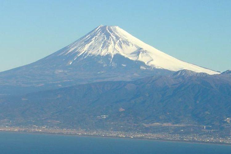 Gunung Fuji yang menjadi salah satu tujuan wisata terkenal Jepang.