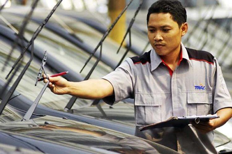 Petugas perusahaan rental TRAC memeriksa kesiapan unit.
