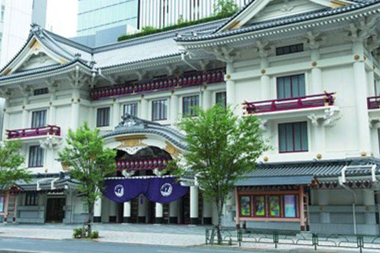 Setelah selesai menonton pertunjukan Kabuki di Ginza, Tokyo, Anda dapat mengunjungi pusat penjualan oleh-oleh yang ada di lantai basement 2 di gedung ini.
