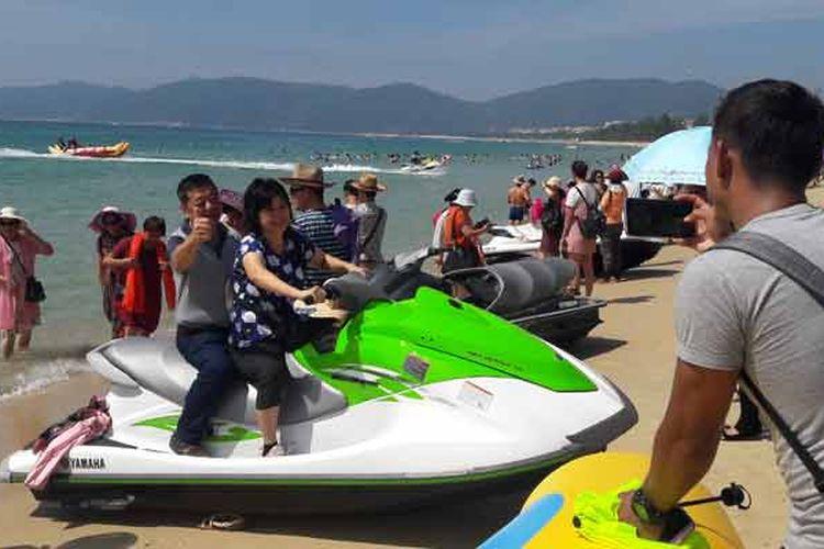 wisatawan di Yalong Bay, yang dijuluki sebagai Hawaiinya China di Sanya, Provinsi Hainan, Sabtu (14/10/2017).