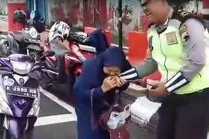 Viral, Emak-emak Gigit Polisi karena Tak Terima Ditilang