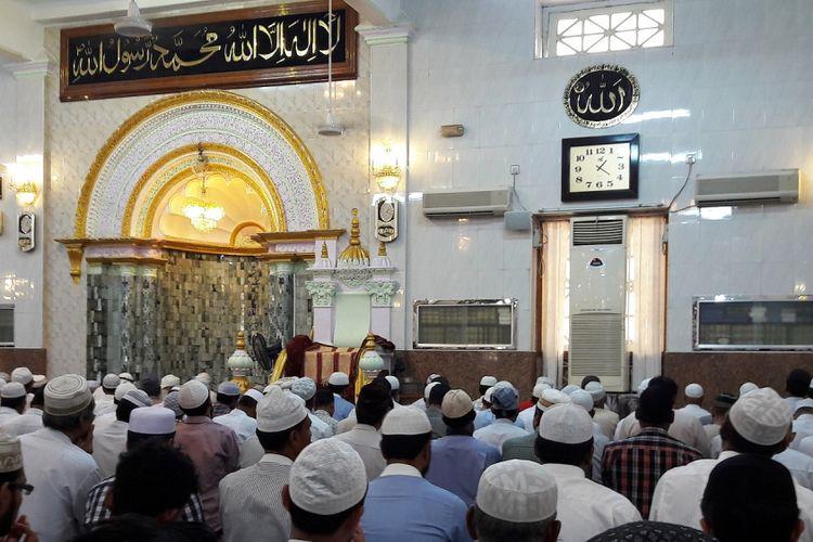Di dalam Masjid Cholia Jame di Pusat Kota Yangon, Myanmar, September 2017.