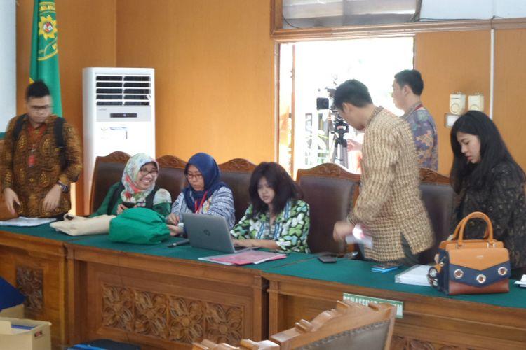 Tim biro hukum KPK saat menghadapi praperadilan Setya Novanto di Pengadilan Tipikor Jakarta, Jumat (8/12/2017).