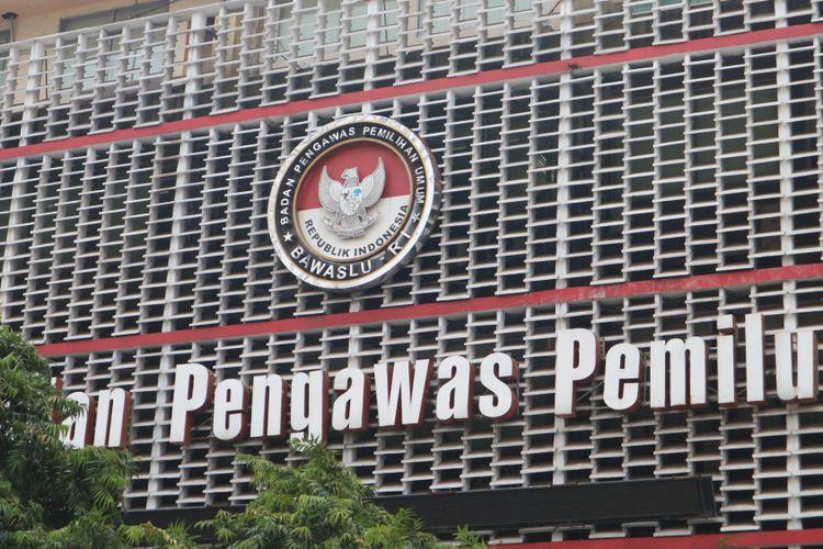 Logo gedung Badan Pengawas Pemilu (Bawaslu) RI, di Jalan MH Thamrin, Jakarta Pusat, Rabu (1/11/2017).
