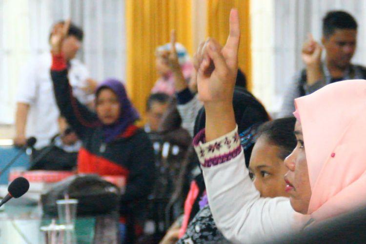 Para TKW yang berhasil dipulangkan tengah didata petugas BP3TKI Mataram. Mereka adalah korban penipuan dan perdagangan orang.