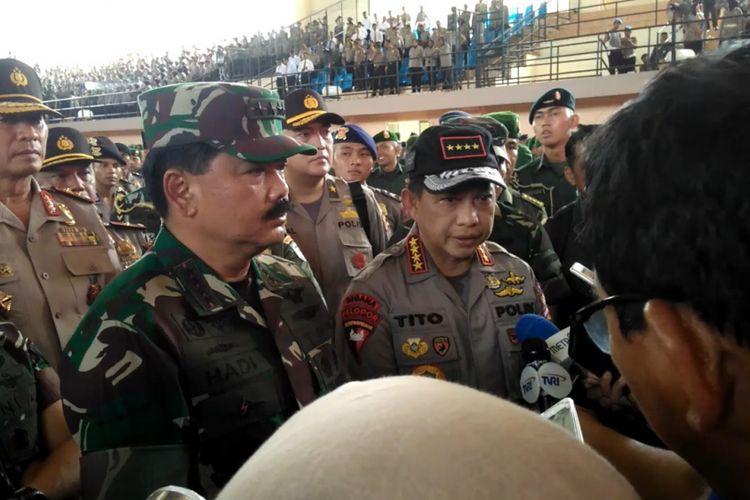 Panglima TNI Marsekal Hadi Tjahjanto dan Kapolri Jenderal Polisi Tito Karnavian saat memberi ketarangan pers usai memberi arahan yang mengingatkan agar prajurit juga harus mewaspadai dampak teknologi siber yang bisa memicu gerakan radikalisme, di Banda Aceh, Kamis (19/4/2018).