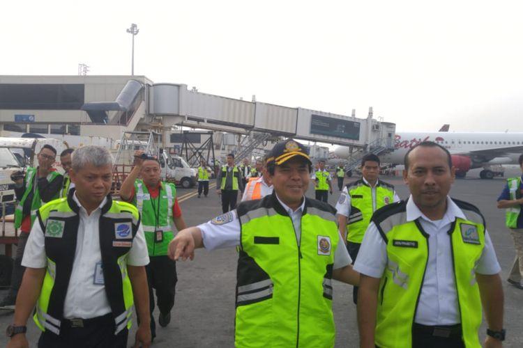 Direktur Jenderal Perhubungan Udara Kementerian Perhubungan Agus Santoso melakukan ramp check di Bandara Internasional Juanda, Surabaya, Rabu (13/6/2018)