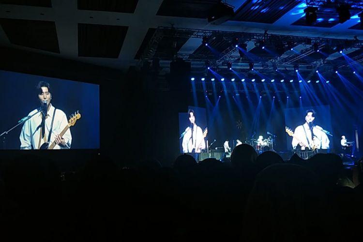 Aksi grup band DAY6 dalam konser YOUTH di The Kasablanka Main Hall, Jakarta Selatan, Sabtu (8/12/2018) malam.