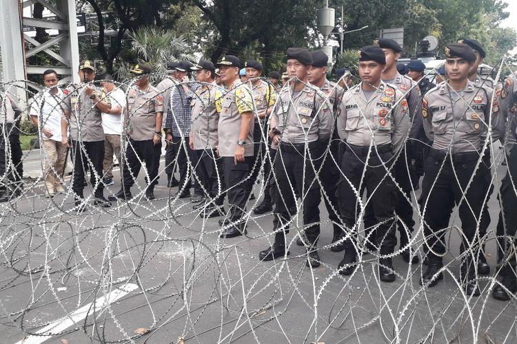 Barikade kawat berduri telah dipasang di Jalan Medan Merdeka Barat untuk menghalau massa aksi peringatan Hari Buruh di Monas, Rabu (1/5/2019).