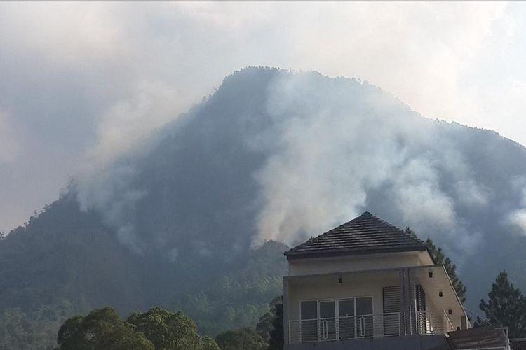 Kondisi Gunung Panderman, Kota Batu, Jawa Timur yang terbakar diabadikan dari Jalur Lingkar Barat (Jalibar) Kota Batu, Senin (22/7/2019)