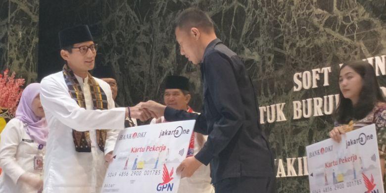 Wakil Gubernur DKI Jakarta, Sandiaga Uno saat menyerahkan Kartu Pekerja secara simbolis kepada perwakilan serikat buruh di Balai Agung, Balai Kota DKI Jakarta, Jumat (12/1/2018).