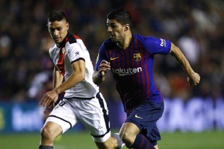 Luis Suarez mendapat pengawalan dari Emiliano Velazquez pada pertandingan Rayo Vallecano vs Barcelona at di Stadiom Vallecas dalam lanjutan Liga Spanyol, 3 November 2018.