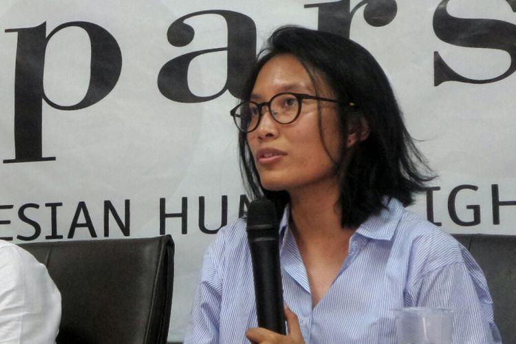 Wakil Koordinator Komisi untuk Orang Hilang dan Korban Tindak Kekerasan (Kontras) Puri Kencana Putri saat memberikan keterangan pers di di kantor Imparsial, Tebet, Jakarta Selatan, Senin (25/9/2017).