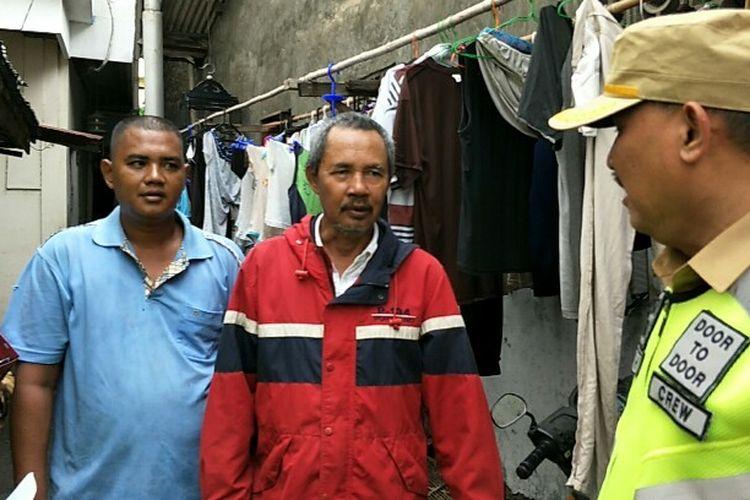 Zulkifli (kiri) dan Abdul (tengah) didatangi petugas Samsat Jakarta Barat lantaran identitas salah satu anggota keluarga mereka terdaftar sebagai penunggak mobil mewah jenis Bentley yang tinggal Jalan Mangga Besar IV, Tamansari, JakartaBarat pada Senin (28/1/2019).