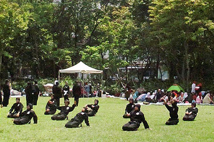 Victoria Park, Causeway Bay, Hongkong, seakan menjadi milik para buruh migran Indonesia saat libur kerja hari Minggu. Ada yang memanfaatkan waktu dengan duduk dan ngobrol, ada pula yang mengisi waktu untuk berlatih seni bela diri pencak silat.