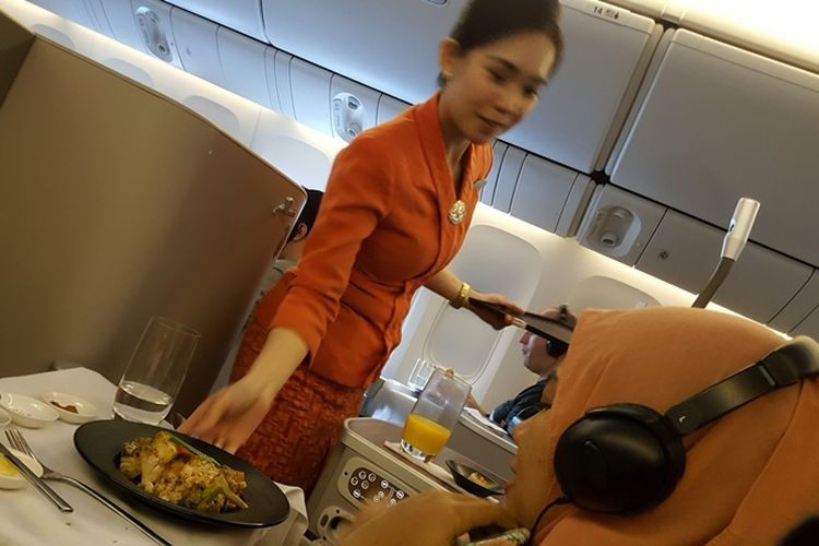 Pramugari melayani penumpang dalam penerbangan langsung Garuda Indonesia dari Jakarta ke London, Sabtu (4/11/2017).