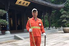 Pria Pensiunan Ini Keliling China dengan Jadi Petugas Kebersihan