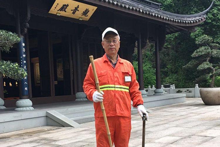 Yang Lianjun (67) seorang pensiun perusahaan kereta api memutuskan berkeliling China dengan bekerja sebagai petugas kebersihan.