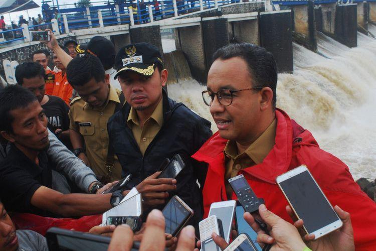 Gubernur DKI Jakarta Anies Baswedan bersama Wali Kota Bogor Bima Arya Sugiarto usai mengecek Bendungan Katulampa untuk membahas kerjasama penanganan masalah banjir antar kedua pemerintahan itu, Senin (12/2/2018).