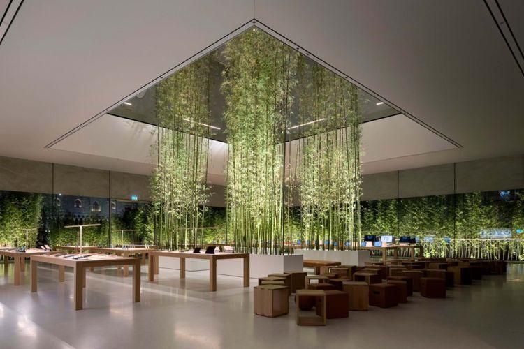 Tampak interior bangunan Apple Cotai Store yang dihiasi pohon bambu pada bagian tengah atrium.