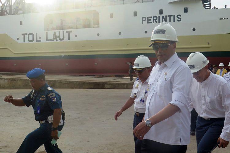 Menteri Perhubungan Budi Karya Sumadi saat melakukan peninjauan pengerjaan kapal perintis tol laut di galangan milik PT Stadefast Marine, Pontianak, Kalimantan Barat (23/2/2018)