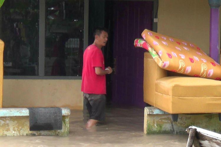 Rumah warga di Kampung Bintang Pangkal Pinang terendam banjir luapan sungai.
