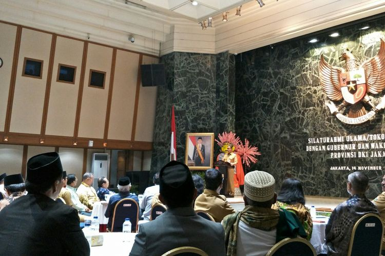 Gubernur DKI Jakarta Anies Baswedan menyampaikan sambutan saat bersilaturahmi dengan tokoh lintas agama di Balai Kota DKI Jakarta, Jalan Medan Merdeka Selatan, Selasa (14/11/2017).