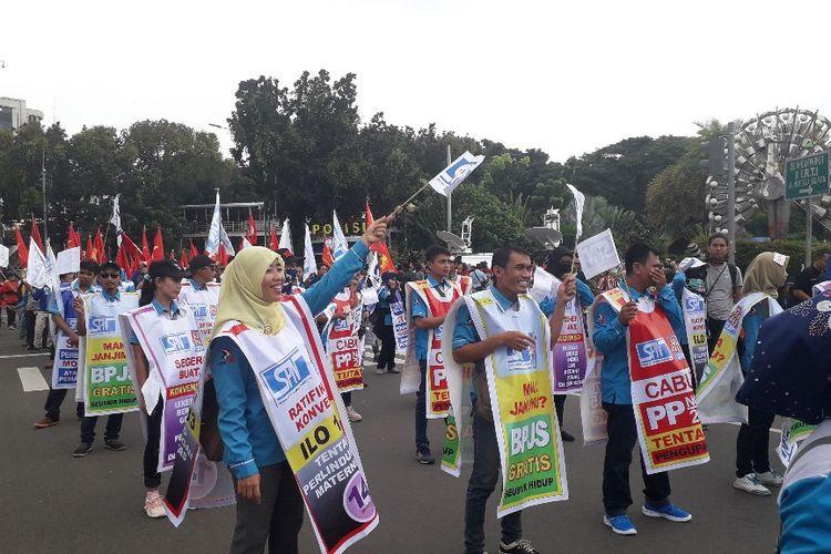 Massa peserta aksi Hari Buruh Internasional sudah berkumpul di area Patung Kuda dekat Monumen Nasional, Rabu (1/5/2019).