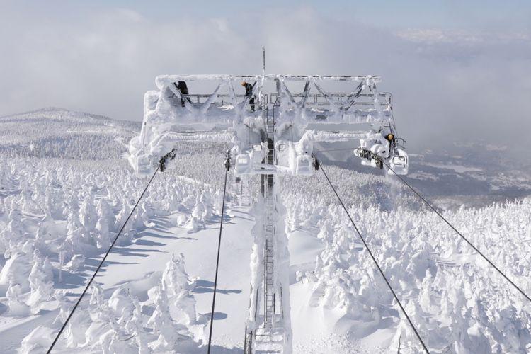 Menaiki kereta gantung merupakan salah satu cara melihat juhyo alias monster-monster salju di Desa Zao Onsen, Jepang, kala musim dingin.