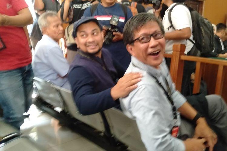 Tompi (tengah, berbaju biru gelap) dan Rocky Gerung (paling kanan) di ruang sidang PN Jakarta Selatan untuk bersaksi dalam perkara yang menjerat Ratna Sarumpaet, Selasa (23/4/2019).