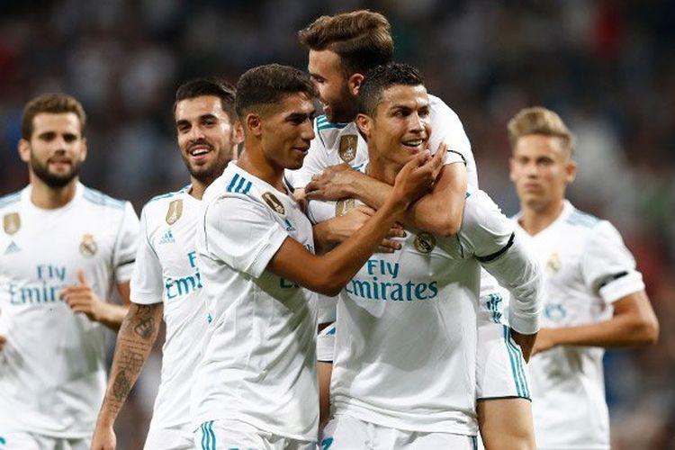 Para pemain Real Madrid memeluk Cristiano Ronaldo seusai mencetak gol ke gawang Fiorentina pada Trofi Santiago Bernabeu, Rabu (23/8/2017).