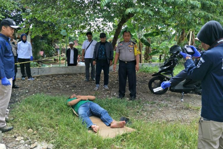 Polisi lakukan olah TKP lanjutan terkait kematian Bripka Matheus di TPU Mutiara Pancoran Mas, Depok, Kamis (3/1/2019).