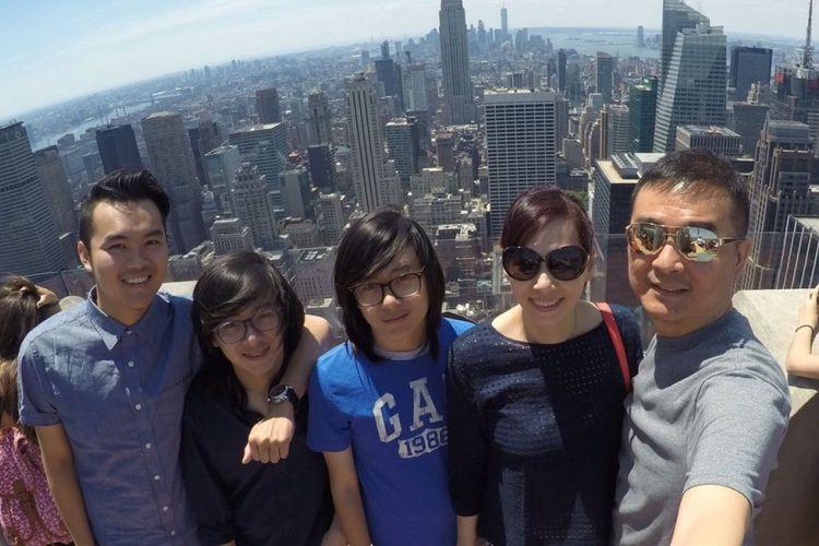 Huang Hua bersama suami dan tiga anaknya.