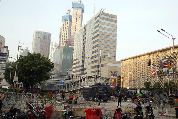 Suasana  pasca-kerusuhan di sekitaran Jalan MH Thamrin, Jakarta, Kamis (23/5/2019). Aksi unjuk rasa berujung ricuh terkait penetapan hasil rekapitulasi suara Pemilu 2019 oleh KPU terjadi di depan Kantor Bawaslu, berlangsung dari Selasa (21/5/2019) siang dan berlanjut hingga Rabu.