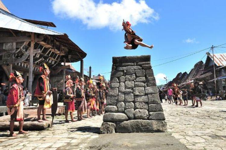 Tradisi Hombo Batu atau lompat batu di Kepulauan Nias, Sumatera Utara.