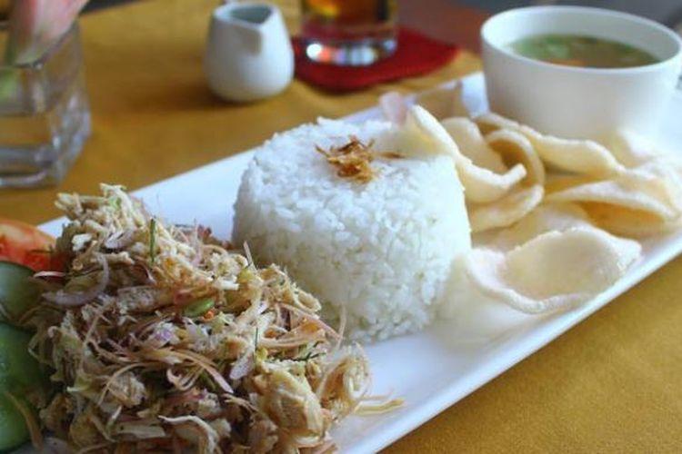 Nasi Ayam Honje adalah menu nasi dengan lauk suwiran daging ayam yang dicampur sambal matah serta dilengkapi kuah dan kerupuk.
