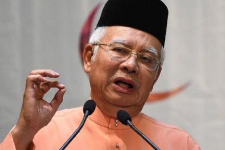 Perdana Menteri Malaysia Najib Razak berkali-kali menolak tuntutan untuk mundur dan mengaku tak melakukan kesalahan.