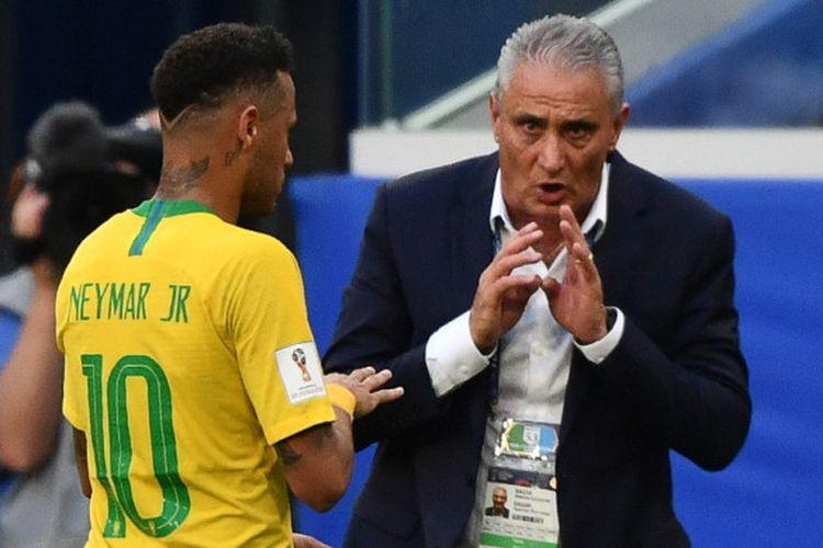 Pelatih Brasil, Tite (kanan), berbicara kepada Neymar dalam laga babak 16 besar Piala Dunia 2018 kontra Meksiko di Samara Arena, Samara, Rusia pada 2 Juli 2018.