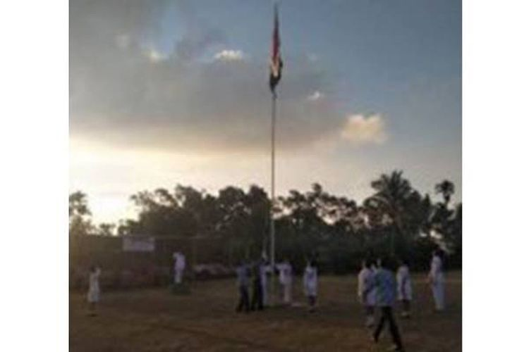 Serka Yonatan Duil climbed the flagpole when the flagship was involved in the flag-down ceremony of the 73rd anniversary of the declaration of independence of the Republic of Indonesia on the Marilonga football field in Watunggere, Detukeli District, Ende Regency, Friday (17-08-2018)) at 17:00