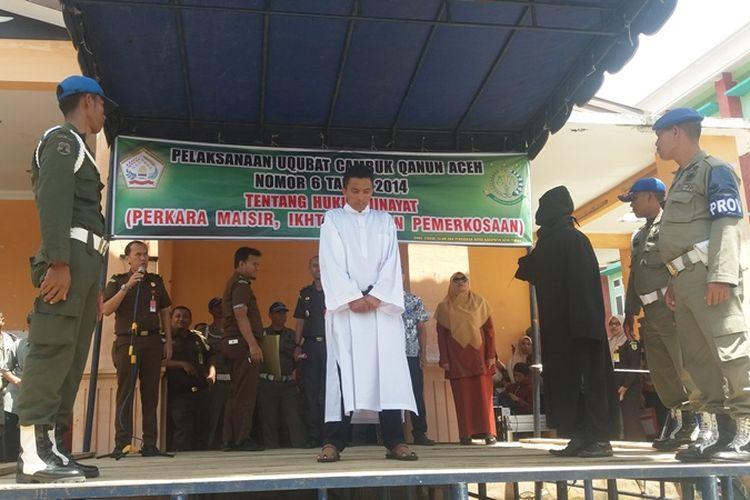 M Ali alias Marko (38 tahun) sedang dieksekusi cambuk oleh seorang algojo saat pelaksanaan uqubad cambuk dilakukan didepan Gedung Olah Seni (GOS) Takengon, Aceh Tengah, Aceh, Kamis (12/10/2017). Marko adalah pelaku pertama kasus pemerkosaan yang mendapatkan hukuman cambuk di Aceh Tengah.