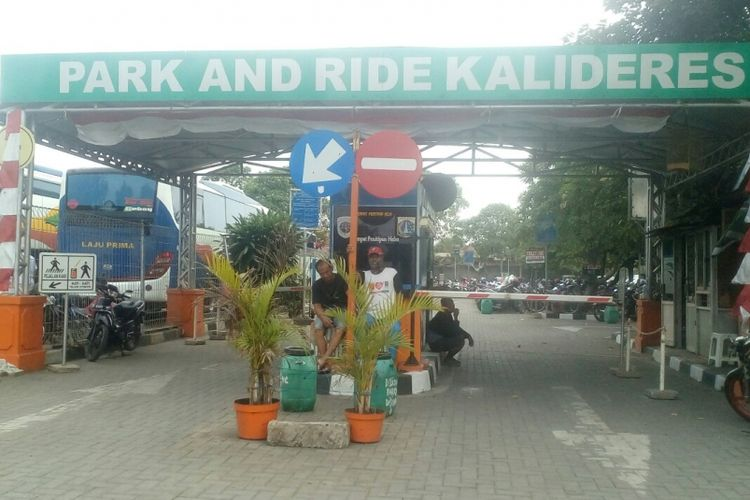 Park and ride Terminal Kalideres, Jakarta Barat, Senin (21/8/2017).