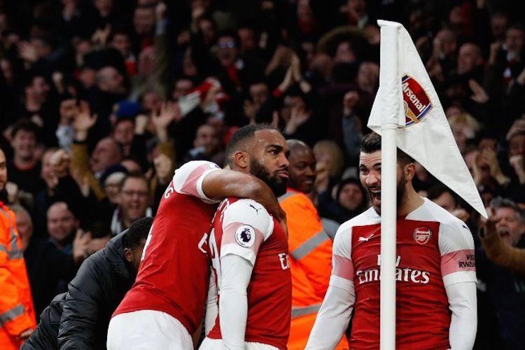 Alexandre Lacazette merayakan gol pada laga Arsenal vs Tottenham Hotspur bersama rekan-rekannya dalam lanjutan Liga Inggris, 2 Desember 2018.