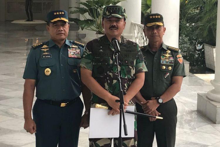 Panglima TNI Hadi Tjahjanto bersama Kepala Staf TNI Angkatan Darat Jenderal Mulyono dan Kepala Staf TNI Angkatan Laut Laksamana Ade Supandi di Istana Kepresidenan Bogor, Kamis (14/12/2017).