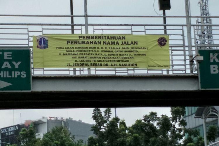 Spanduk untuk menyosialisasikan rencana perubahan nama Jalan Terusan HR Rasuna Said-Jalan Mampang Prapatan-Jalan Warung Jati Barat (Warung Buncit) menjadi Jalan AH Nasution telah dipasang di jembatan penyeberangan orang (JPO) Halte Transjakarta Pejaten Philips, Jalan Warung Jati Barat. Foto diambil Kamis (1/2/2018).