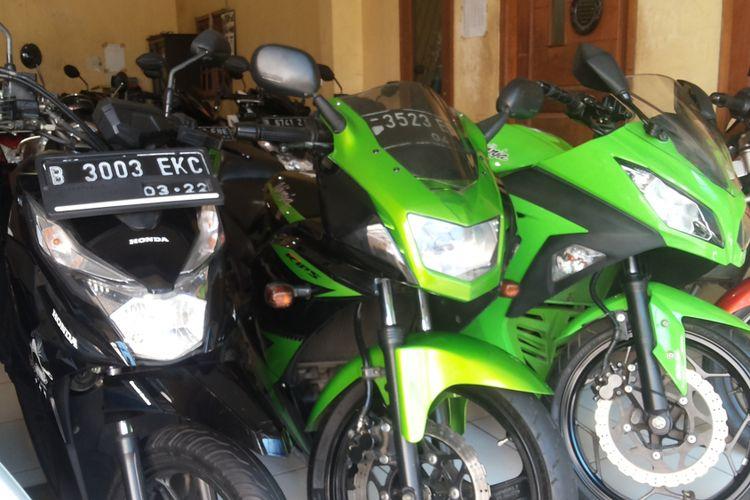 Salah satu Ninja 2 Tak tipe RR yang dijual di diler motor bekas Tria Motor di Sukmajaya, Depok, Rabu (31/1/2018).
