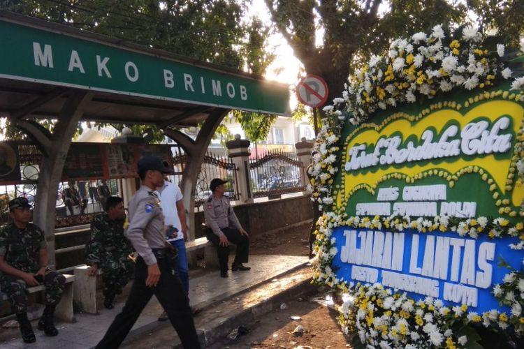 Karangan bunga di depan halte mako brimob