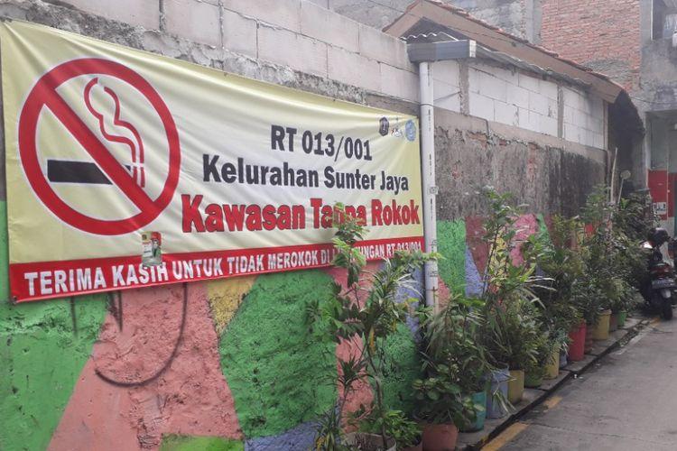 Suasana di RT 013 RW 01 Sunter Jaya, Jakarta Utara, yang menerapkan kebijakan kawasan bebas asap rokok di permukiman itu, Senin (11/2/2019).