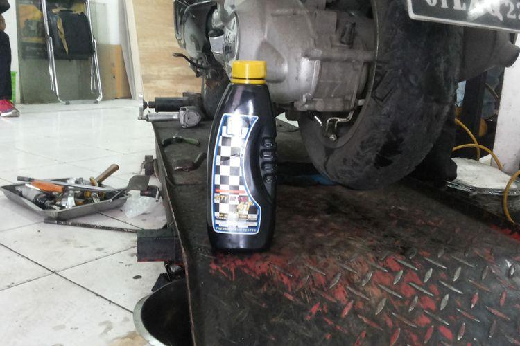 Merek oli yang digunakan oleh bengkel resmi Vespa.