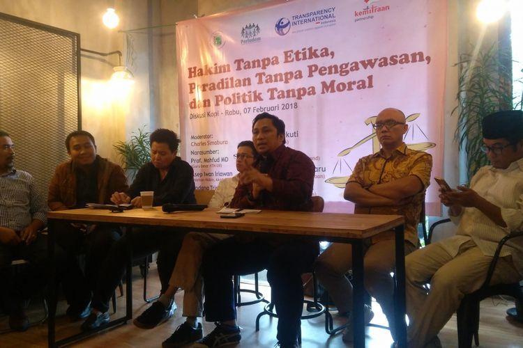Direktur Pusat Studi Konstitusi ( PUSaKO) Fakultas Hukum Universitas Andalas Feri Amsari (tengah) dalam sebuah diskusi di Jakarta, Rabu (7/2/2018).