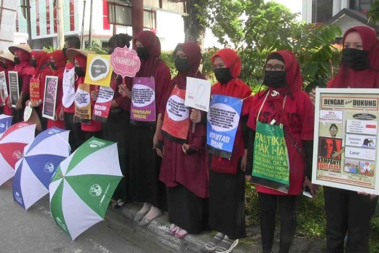 Aktivis perempuan di Padang, Sumbar gelar aksi tutup mulut menuntut penyelesaian RUU Penghapusan Kekerasan Seksual,  Jumat (8/3/2019).